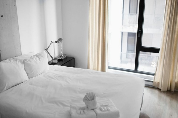 hotel-style-bedroom