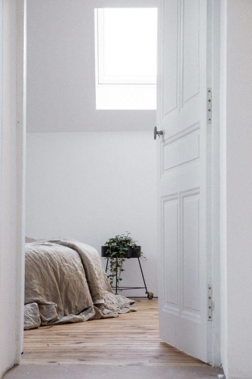 simple-antiques-bedroom-corner